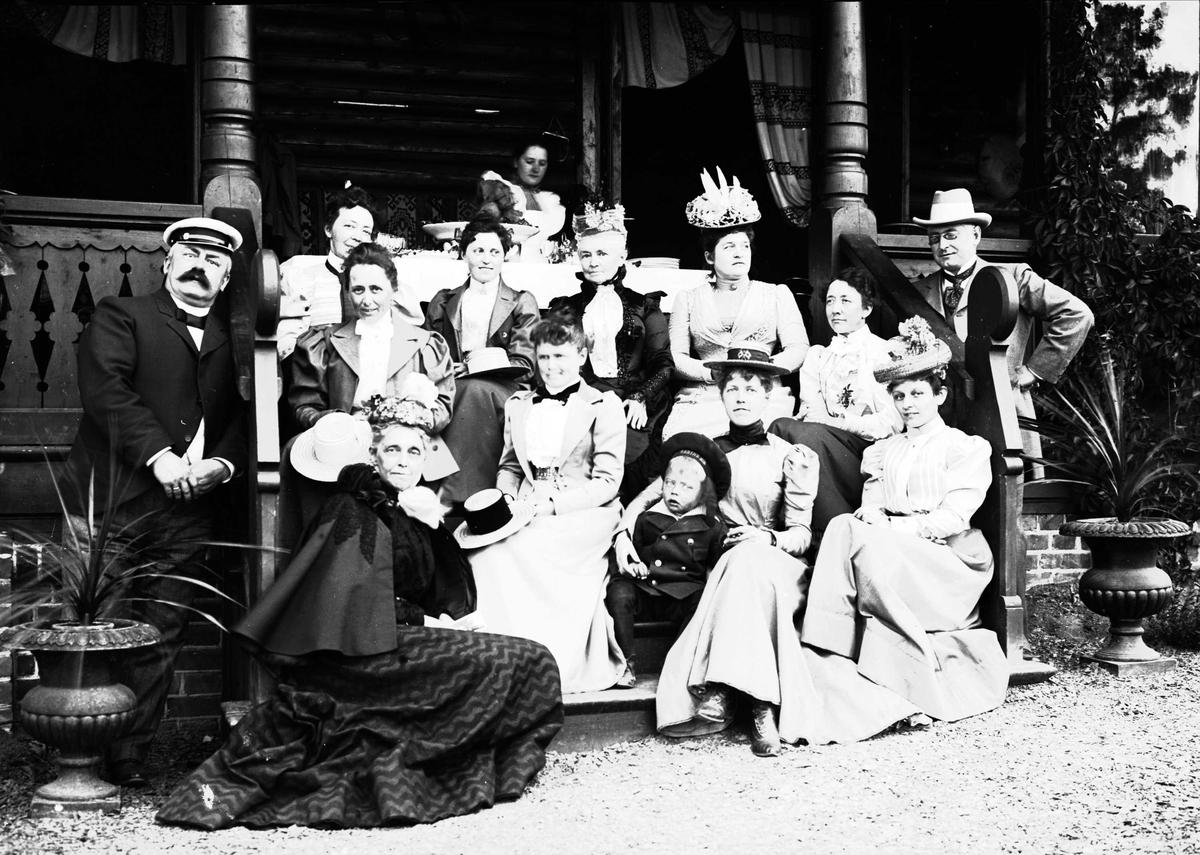 Serie bilder, noe fra Valdres, noe fra reise med båt til Trondheim og noe fra Fjelsæter(?). Familieliv, antagelig familien Lund ca 1899-1902.