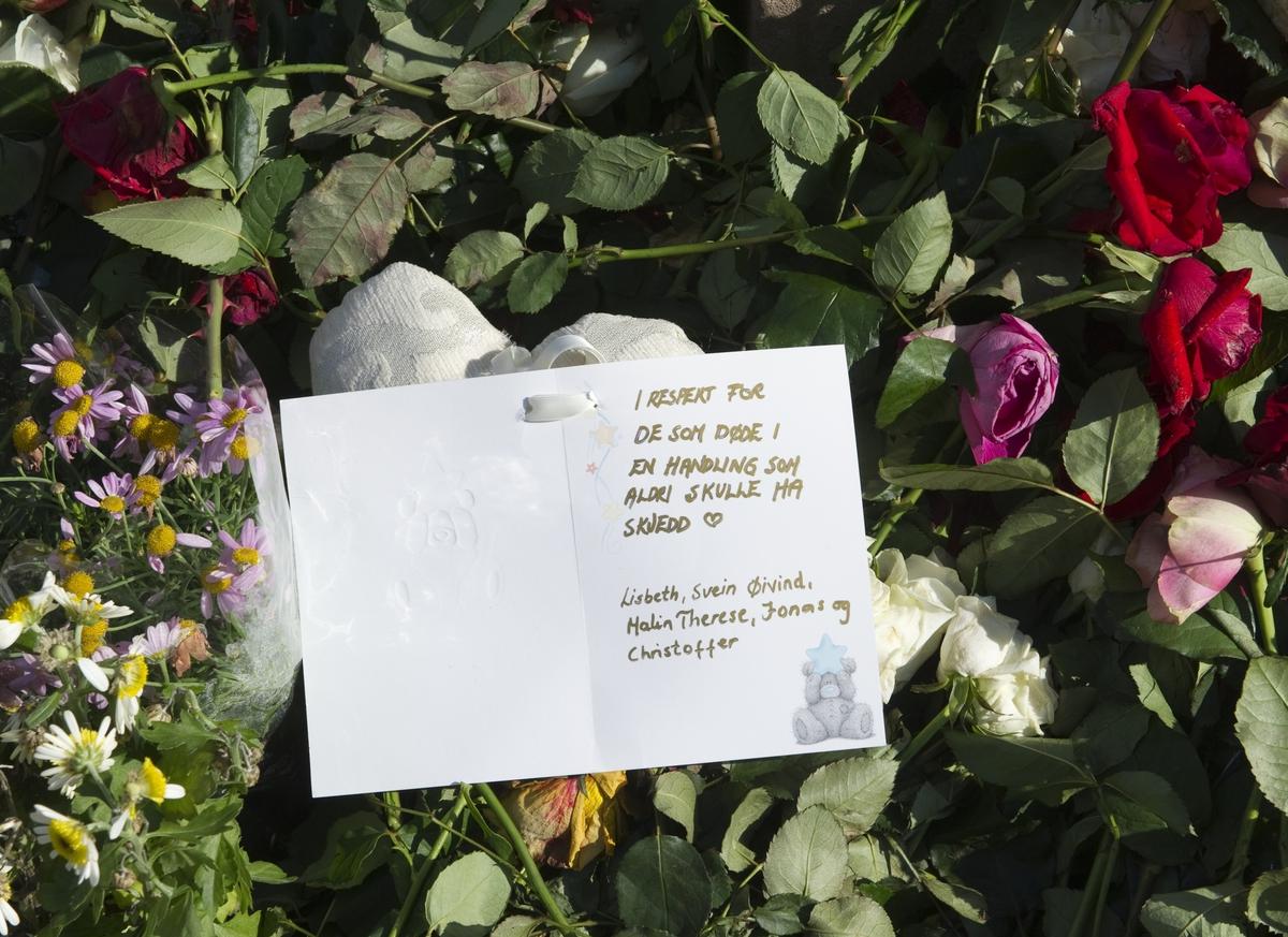 """""""Sorg i det offentlige rom"""". Roser og håndskrevet kort ved Oslo Domkirke 22.08.2011, en måned etter terrorhandlingene i Oslo og på Utøya."""