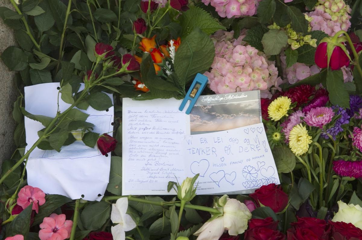 """""""Sorg i det offentlige rom"""". Blomster og håndskrevne kort ved Oslo Domkirke 22.08.2011, en måned etter terrorhandlingene i Oslo og på Utøya."""