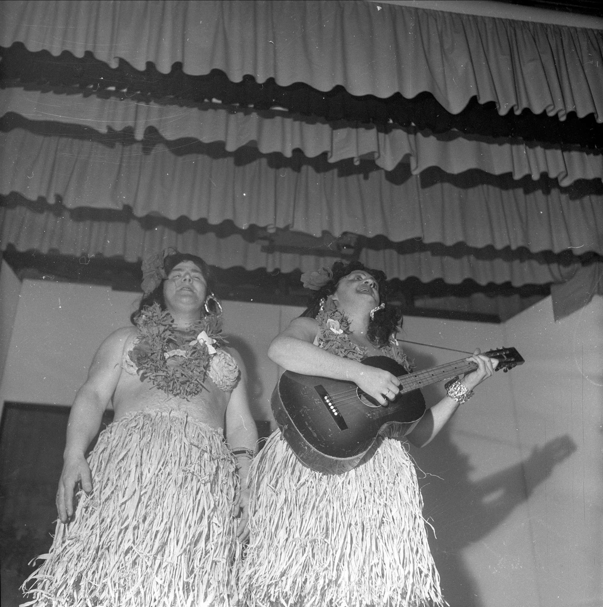 Hula hula, opptreden med gitar.  07.11.1954. Bygdelag, Finnmarkslaget.