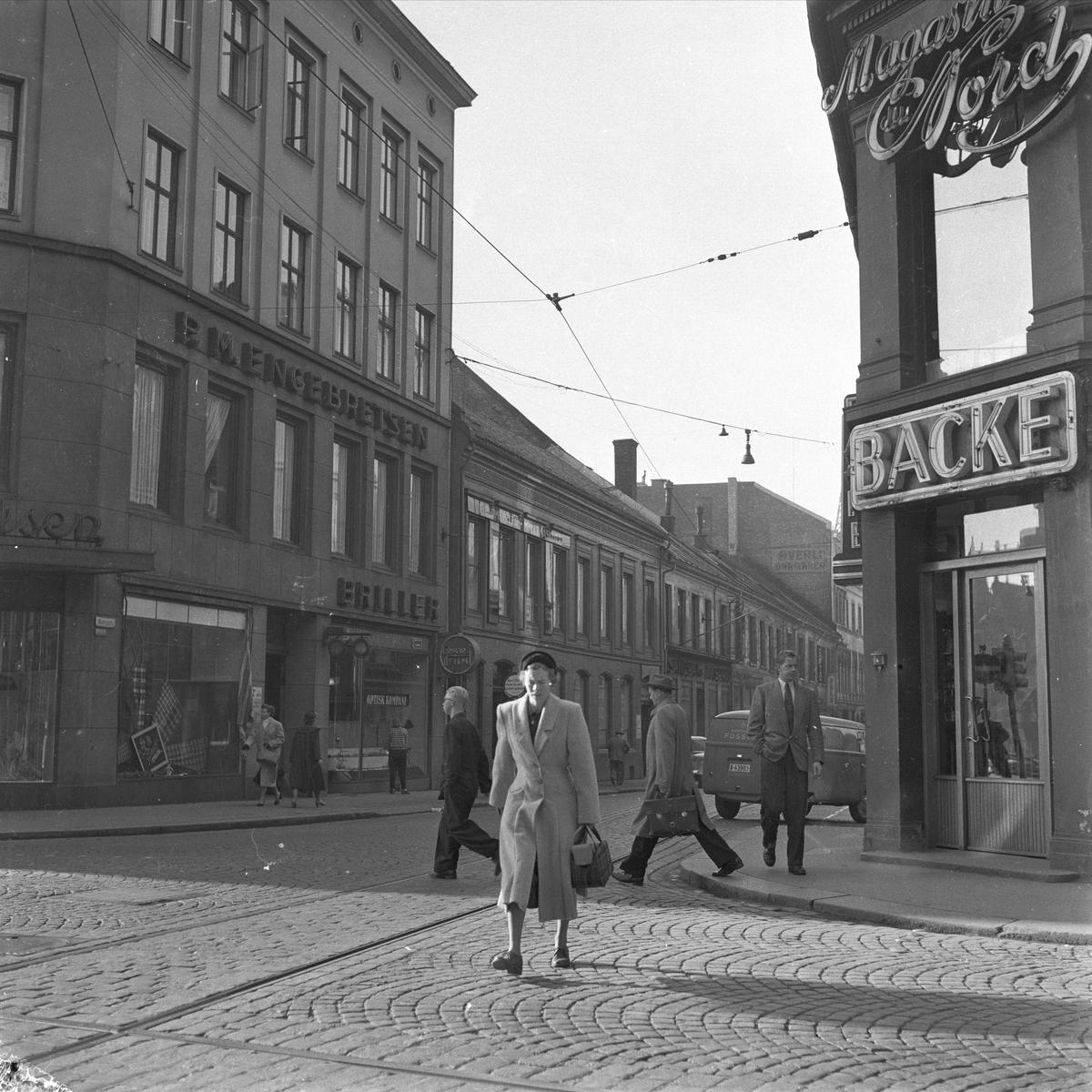 Oslo, september 1955. Bygate med bygårder og trafikk.