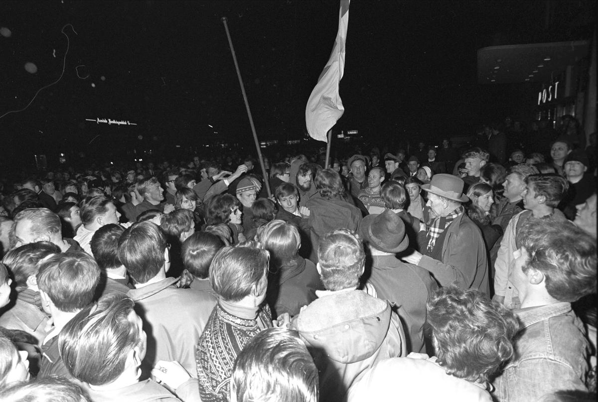 """Arendal, 10.04.1970, demonstrasjoner, premiere på filmen """"Green Berets"""" i Arendal."""
