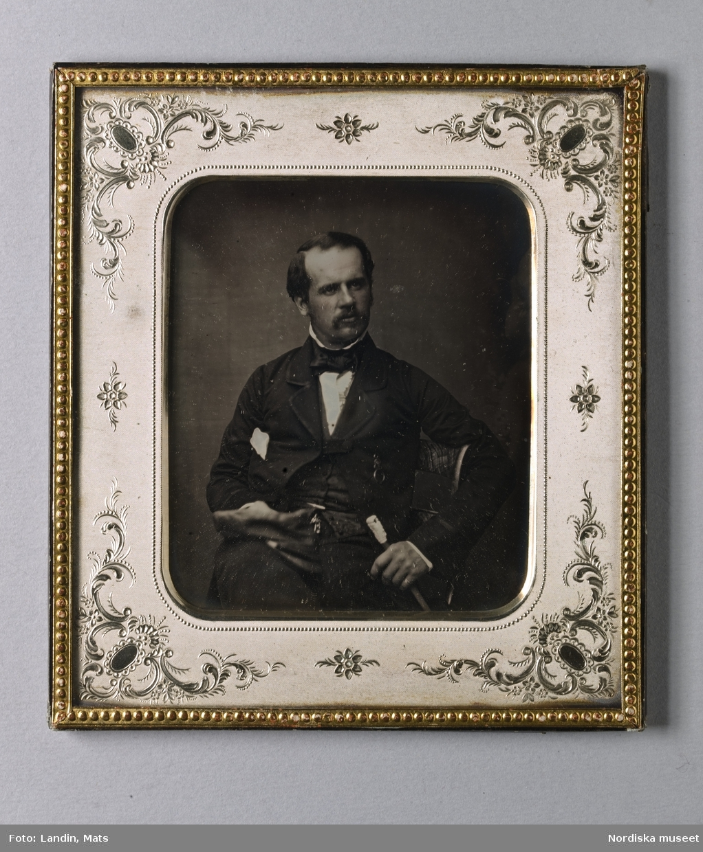 Porträtt, knästycke, sittande man.