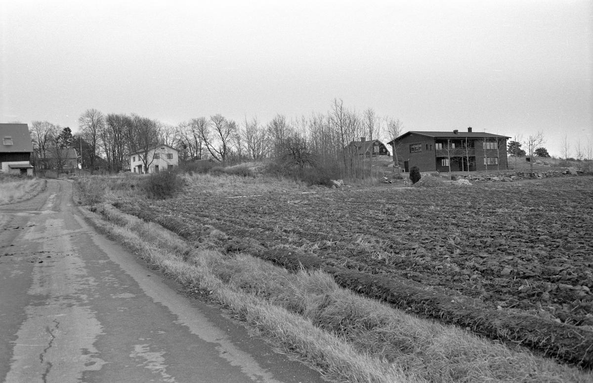 Vy från sydost över Säby 1:11, Säby, Danmarks socken, Uppland 1978