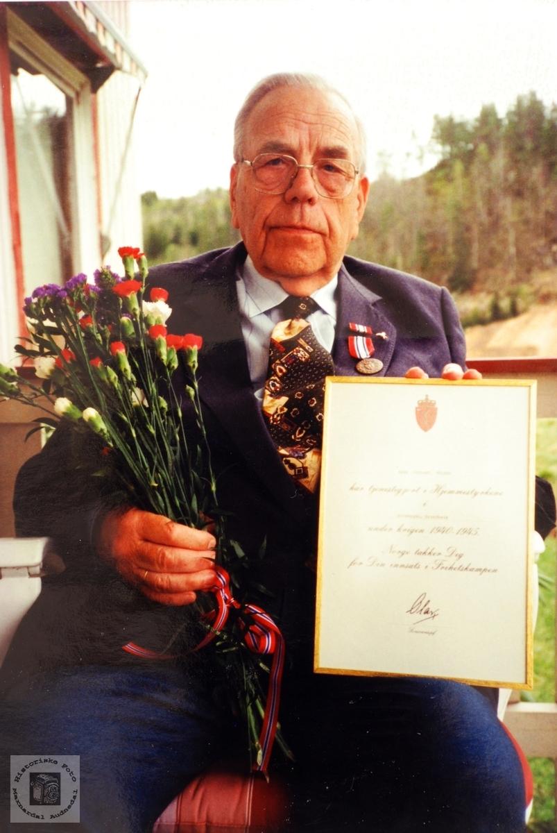 Arne Håland med diplom. Audnedal.