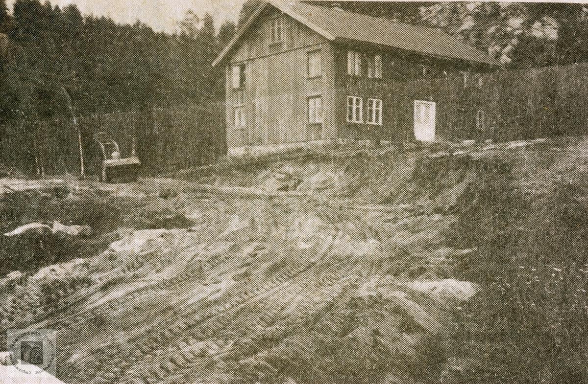 """Gamlehuset """"Der nede"""" på Kollungtveit før riving. Grindheim. Avbildet person er Leiv Hauge, bildet er tatt mellom 1979 og 1981. Det nye uthuset ble bygd i 1982, bak det gamle huset. Huset ble revet ca 1984 Bildet stod på trykk i Lindesnes Avis."""