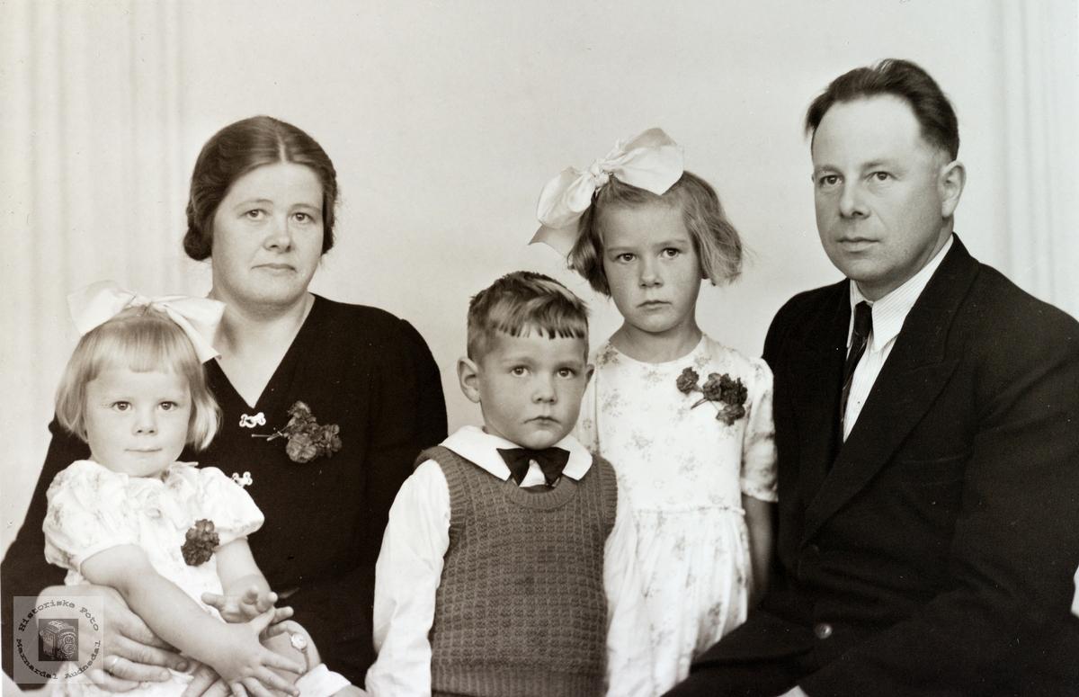 Familieportrett av familien Strisland. Konsmo.