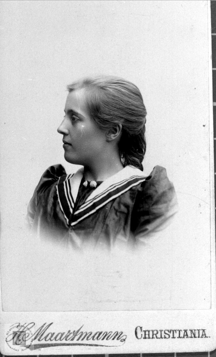 Portrett av Randi Olsdtr. Neset gift Skjeggestad.