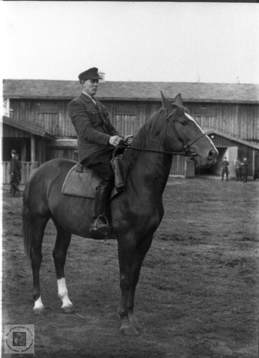 Høgt til hest på ridekurs. Ingolf Bjerland, Bjelland.
