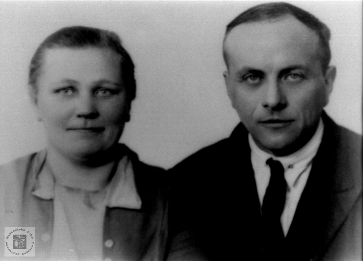 Portrett av ekteparet Helga Berit og Gustav Birkeland., Laudal.