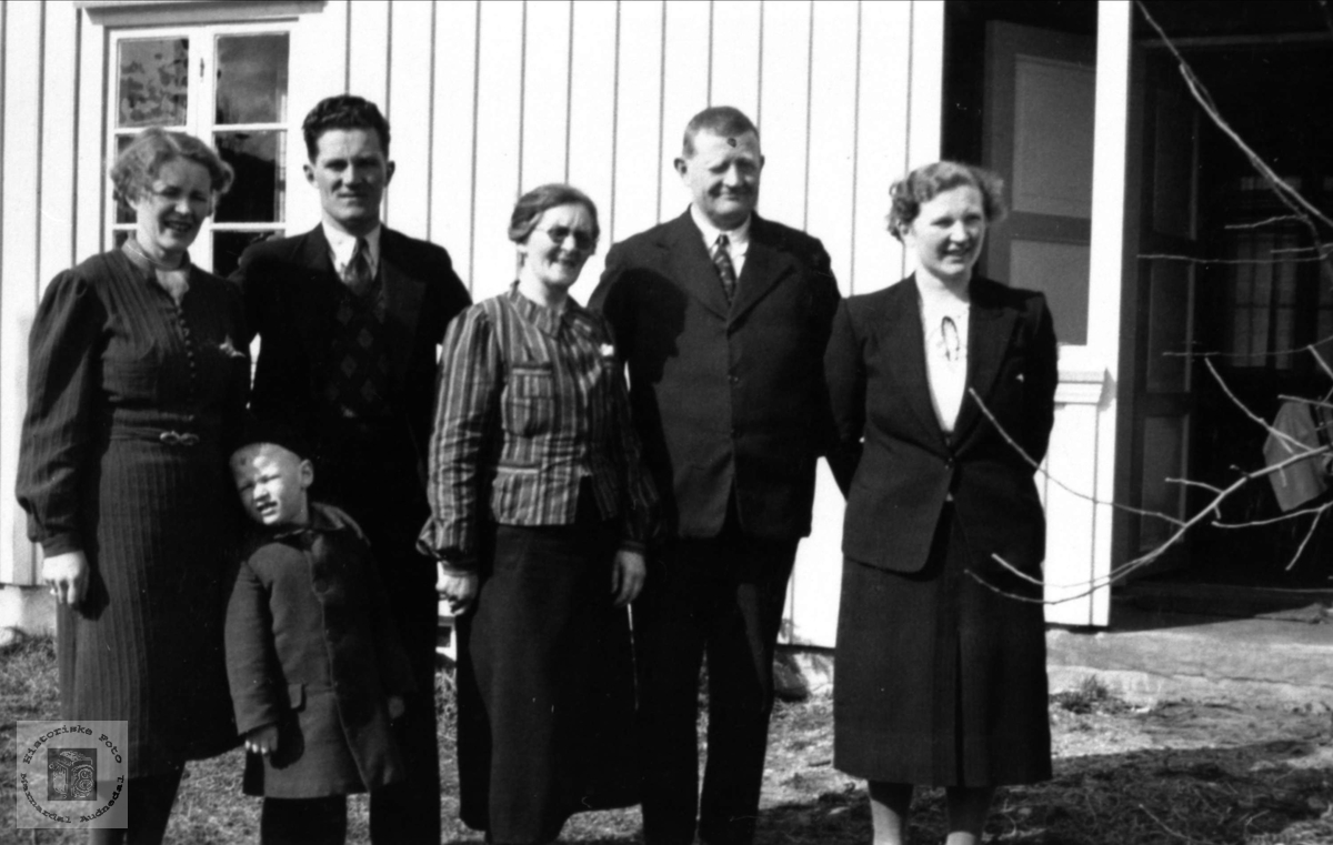 Familiegruppe. Mina og Asbjørn Øyslebø.