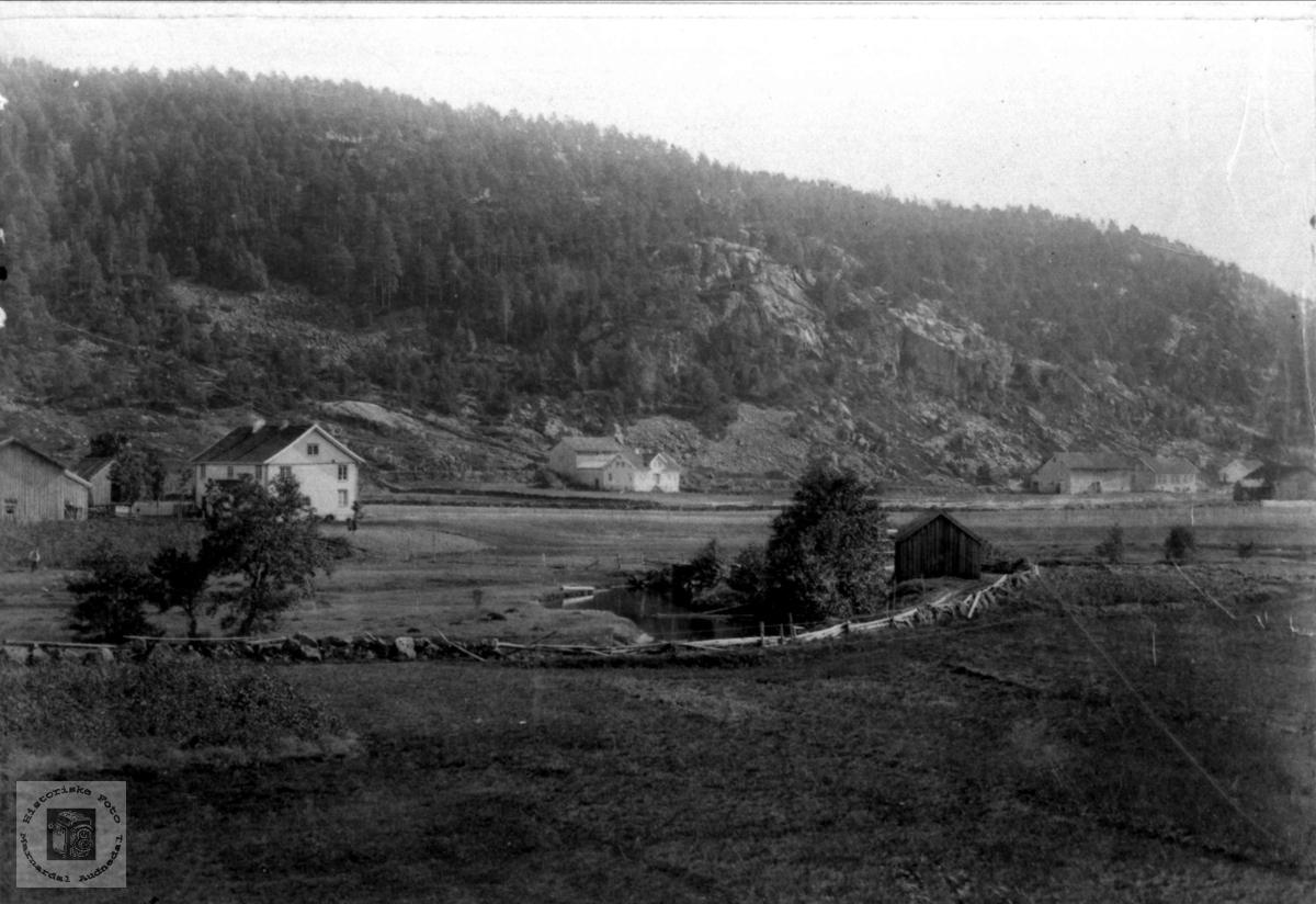 Volland, Høye i Øyslebø.