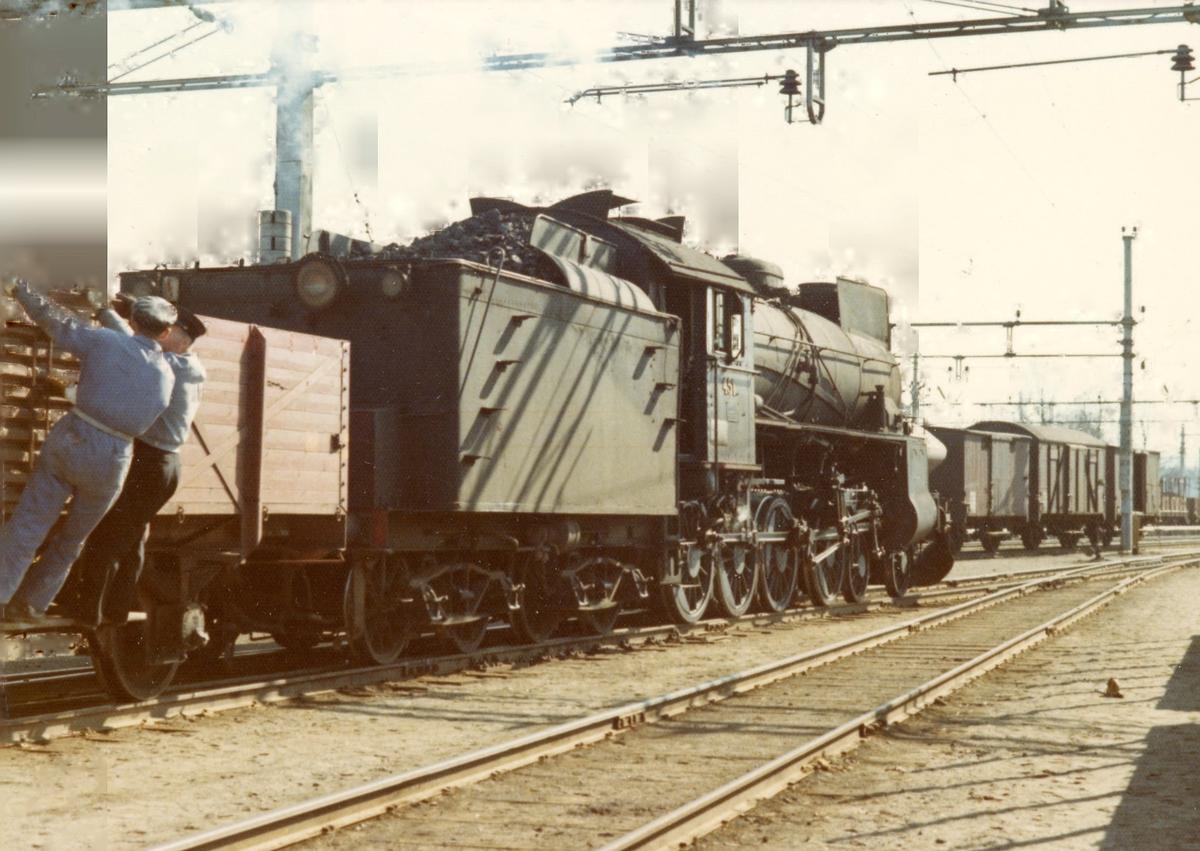 Skifting på Eina stasjon med damplok 31b nr. 451.