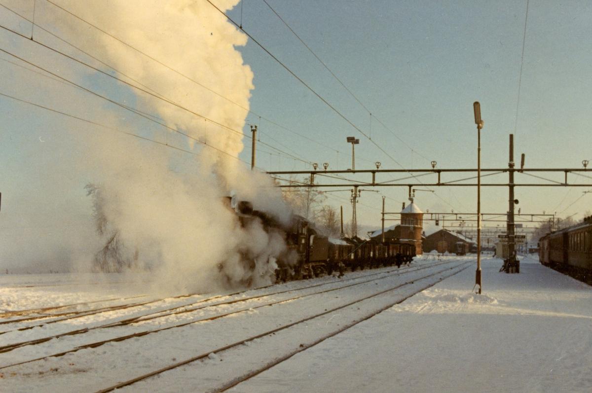 Godstog fra Elverum har ankommet Kongsvinger stasjon. Toget er trukket av damplok 26c 411 .