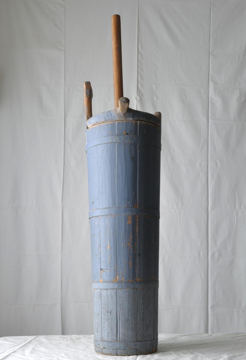 Form: Sylinderformet. Gjølt med 4 jernbånd. Lokk med hull for kjinnstokk