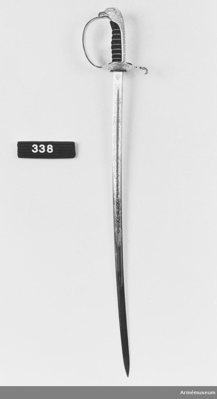 Klingans bredd vid fästet 22 mm. Gåva till gen.löjtn. C.E. Almgren av general Mustafa Tlas, Damaskus. Överlämnad i samband med inspektion av svenska koningenterna UNTSO och UNDOF, nov. 1974.  Samhörande nr är 294-299, 321-350, 400-448 (338-341).