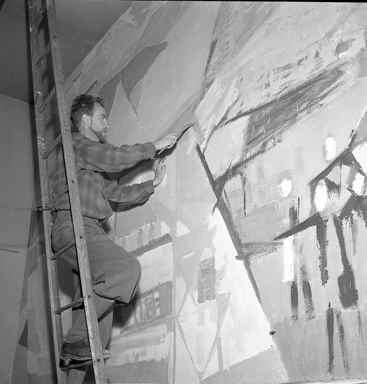 Kurt Dejmo målar i Uddevalla Sparbank i augusti 1956