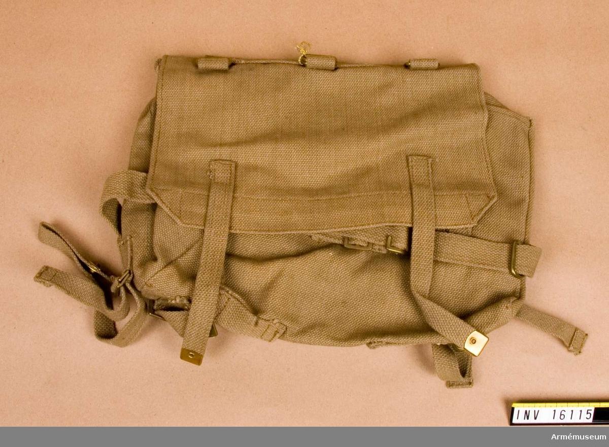 Väska, Danmark. Baggesakke pröve 1960. Av beigefärgat kraftigt bomullsmaterial. Väska till stridssele. Märkt på lockets insida HTK 1960.