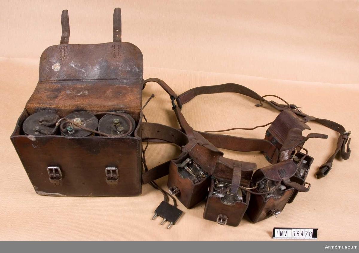 Grupp H II.  Användes till den portabla 3-rörsmottagaren. Innehåller en läderväska för förvaring av glödströmsbatteriet som bestod av 3 s.k.  Tigerelement à 1,5 volt 1 st, dels ock 5 mindre läderväskor till förvaring av anodbatteriet som utgjordes av 10 seriekopplade ficklampsbatterier.