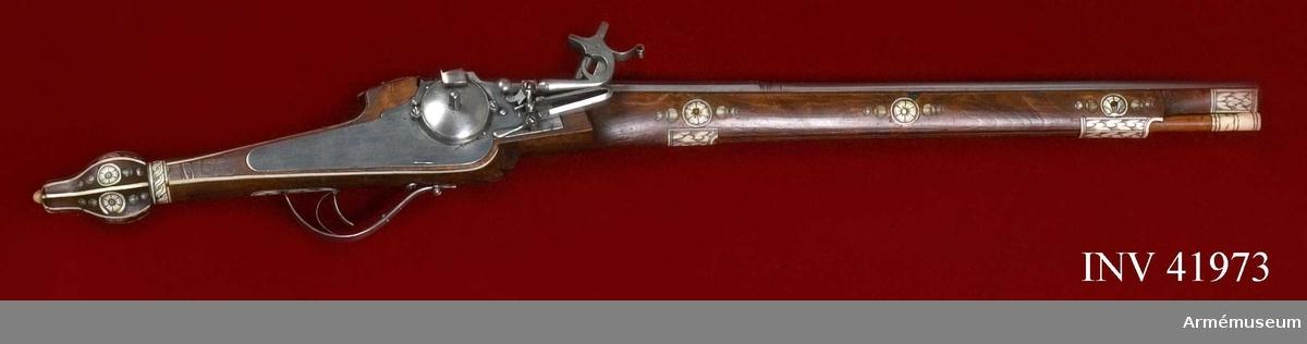 """Grupp E III. Hjullåspistol tillverkad under 1600-talets första fjärdedel i Sachsen, Tyskland  Lika med och i par med AM.041973.  Pipan har åttkantigt kammarstycke och runt långt fält samt svagt trumpetformad mynning med fasad kant. På kammarstycket bokstäverna H.S., lika  stöckel a 3099 """"Sachsen 1620"""".   Framtill på stockens V sida finns XVIIII inristat. Stockens form och utsmyckning är lika AM.041963, men har något mindre kolvkula.   Även låset är mycket lika AM.041963, men har något smäckrare utformning. Låsblecket är dessutom baktill avrundat i stället för spetsigt."""