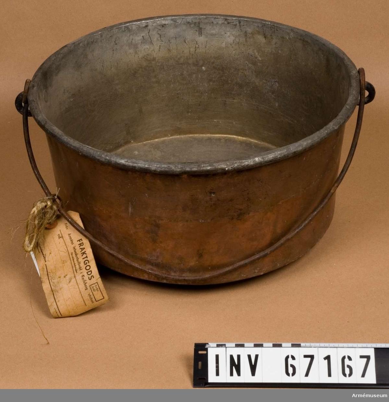 Grupp I III. Förtent och med hänkel. Ursprungligen från Karlsborg. Vid kassation av koppar år 1940 samlades materiel på Karlsborg.