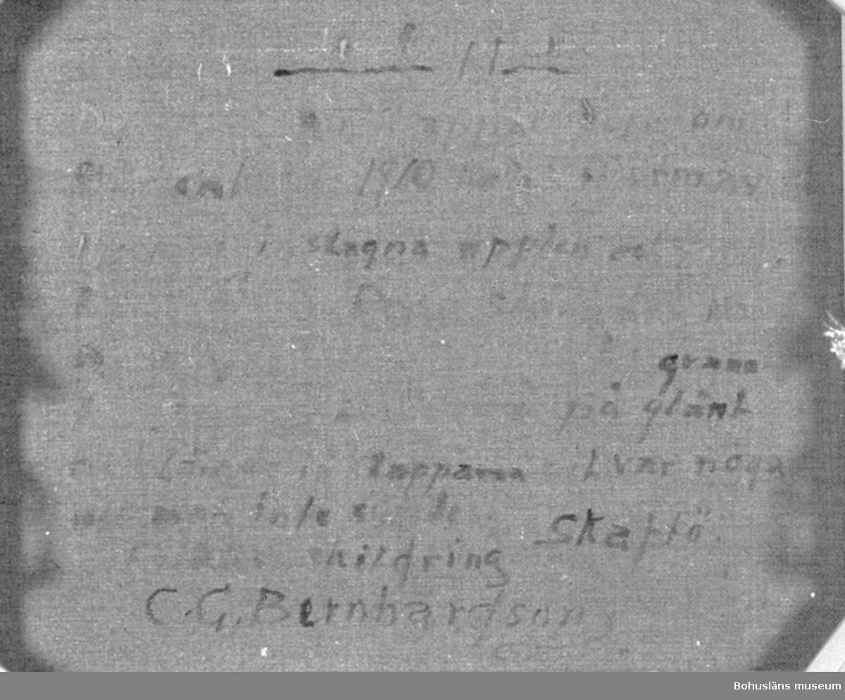 """Baksidestext:  """"Julklappar.  De första julklapparna förekom Här omkring 1910 talet i form av i papper inslagna äpplen och småkakor. O.B.S. Dessa slängdes in På golven hos grannbarn till grannbarn. Man öppnade dörren på glänt och slängde in Klapparna det var noga att man inte syntes. Folklivsskildring Skaftö. C.G. Bernhardson.""""  Litteratur: Bernhardson, C.G.: Bohuslänska kustbor, Uddevalla, 1983, sidan 110. Titel i boken: De första julklapparna.  Övrig historik se CGB001"""