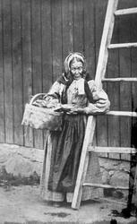 "Mari Bøa i Råde, legdekjerring i Råde, ca. 1865-70. ""Lægdekj"