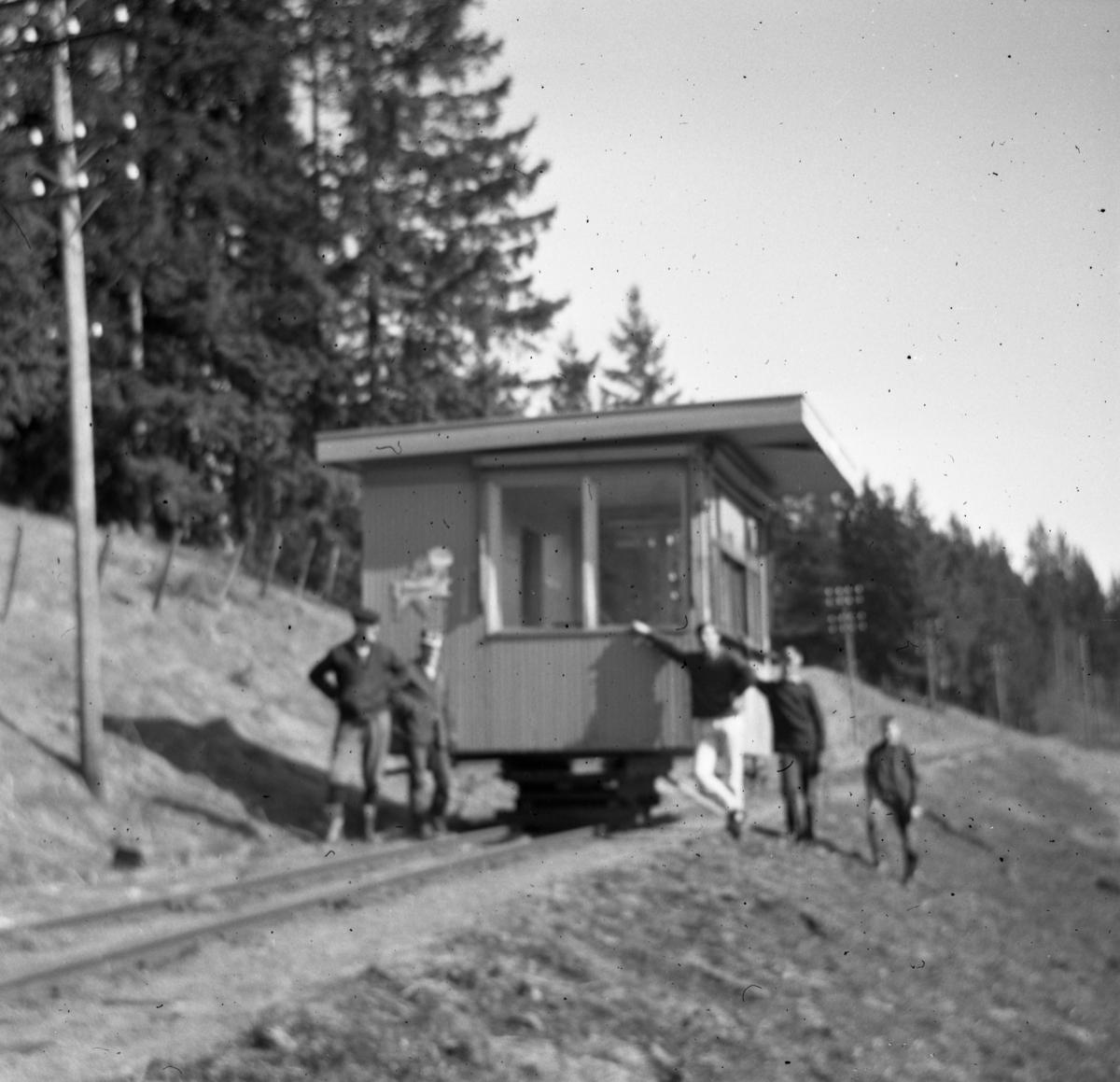 Den gamle Narvesen-kiosken fra Fetsund under transport til Bingsfoss der den ble benyttet som stasjonsbygning i museumsbanens første tid.