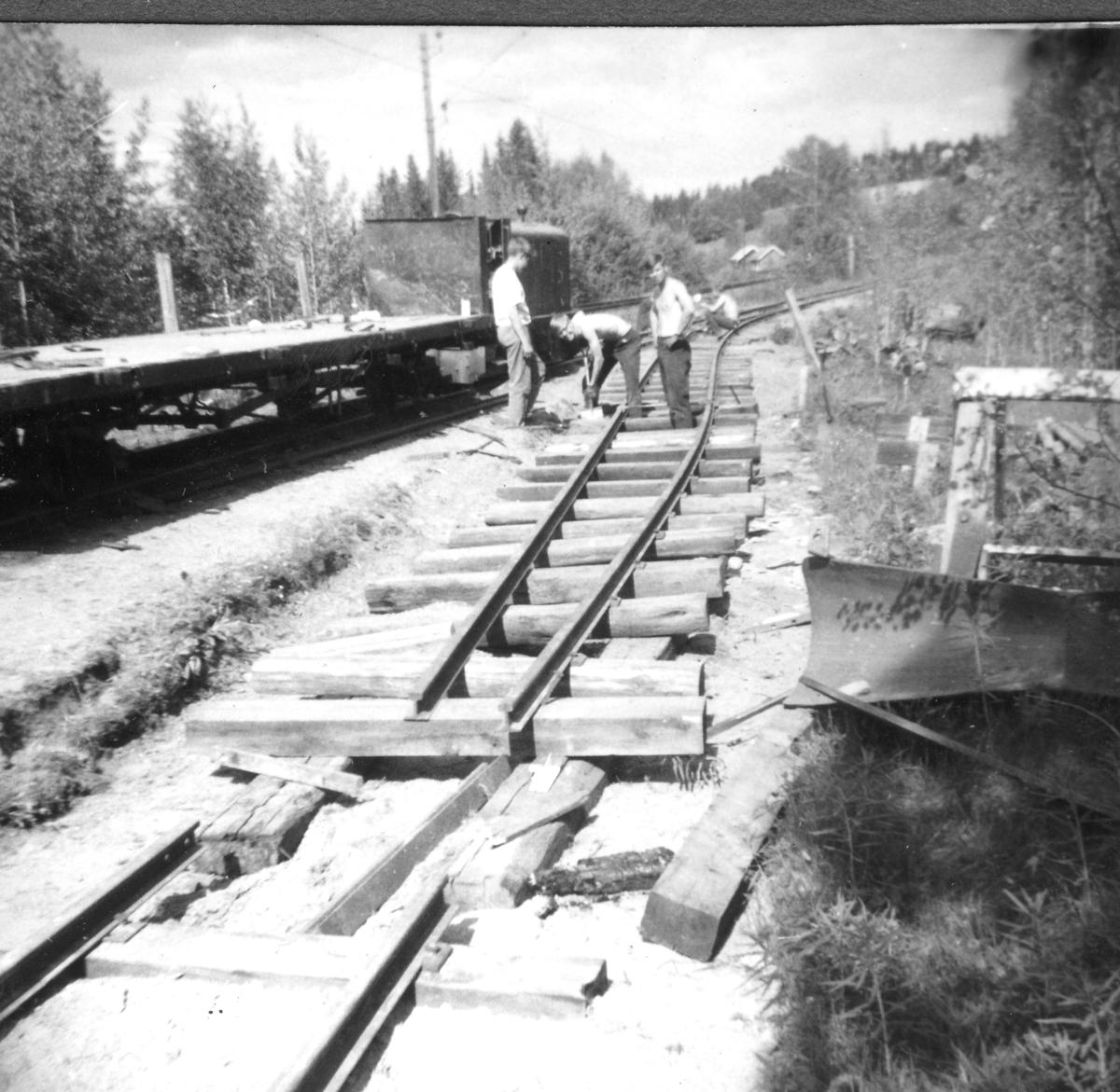 Aktive medlemmer i Urskog-Hølandsbanen arbeider med sporlegging på museumsbanens stasjon på Bingsfoss.