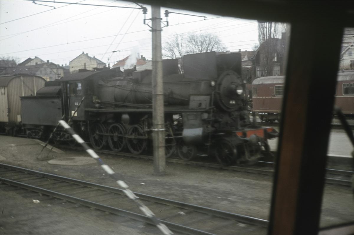 Fra Hamar stasjon. Bakerst tog til Rørosbanen, i midten tog fra Gudbrandsdalen, fotografert fra førerrommet på et elektrisk lokomotiv type El 13.