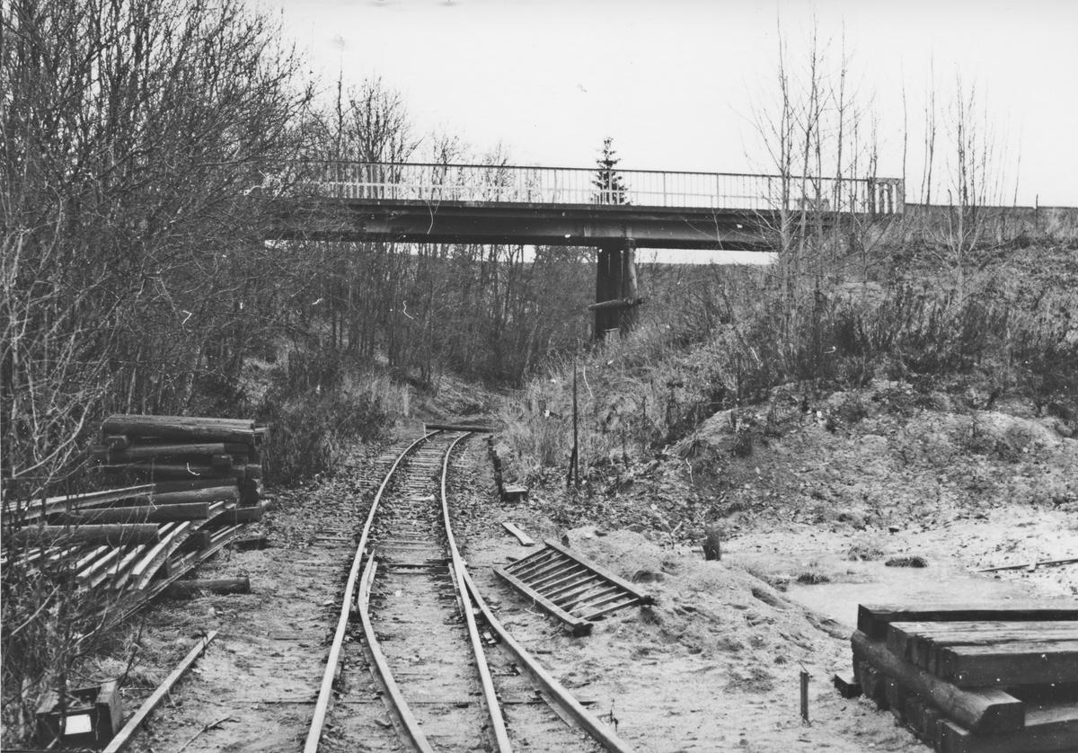 Urskog-Hølandsbanens spor nedenfor Fyen er tatt opp på den strekningen der det skal støpes tunnel (kulvert). I bakgrunnen den gamle veibroen som senere ble revet.