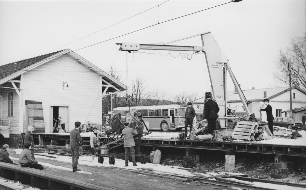 Transport av kappsag til kapping av normalsporsviller fra godsrampa på Sørumsand via tralle på Kongsvingerbanen til Fyen på Urskog-Hølandsbanen.