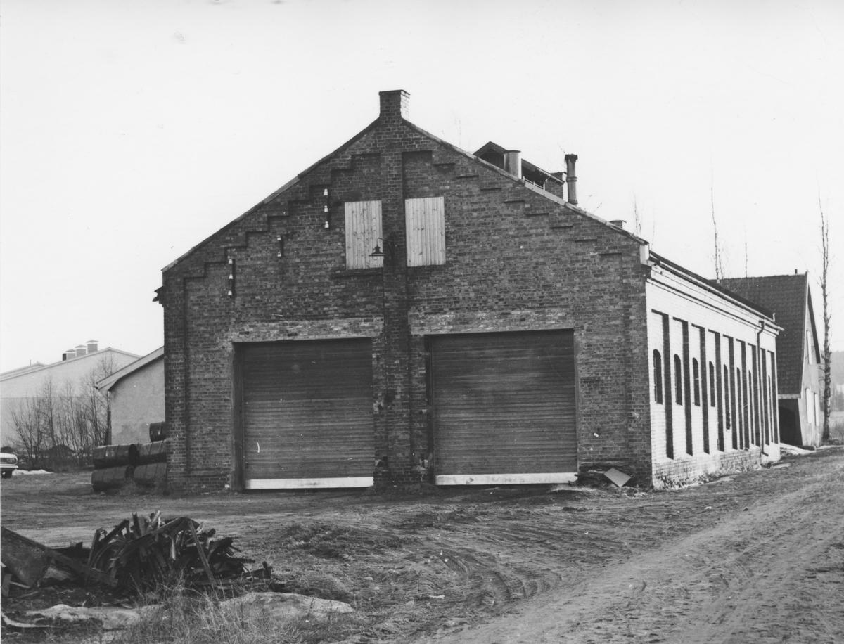 Lokomotivstallen på Bjørkelangen noen år etter nedleggelsen. Bygningen ble da benyttet som bussgarasje.