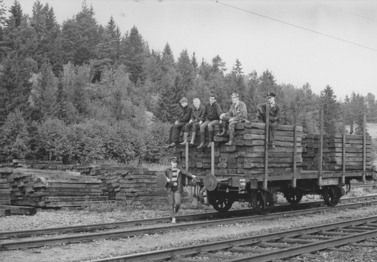 Fullastet vogn med normalsporsviller for transport til Sørumsand og bruk på Urskog-Hølandsbanen.Det er litt uskarpt, men det kan være Roar Rønningen helt t.v., derefter EWJ, OM, JSB og FMM. CFT på bakken