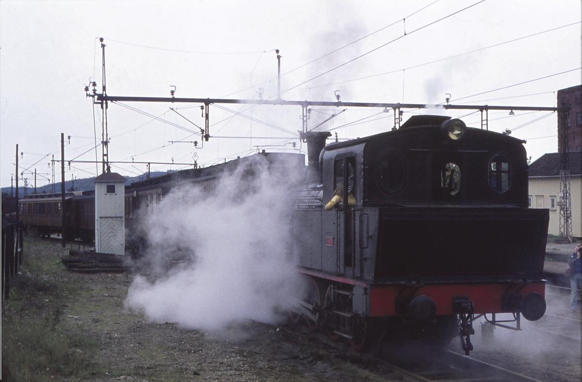 Damplokomotiv Norsk Hydro M2 på Spikkestad stasjon. Ekstratog for Norsk Jernbaneklubb skiftes over i togspor.