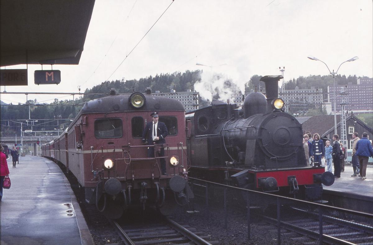 Persontog til Oslo V i Asker. Ekstratog for Norsk Jernbaneklubb med damplokomotiv Norsk Hydro M2.
