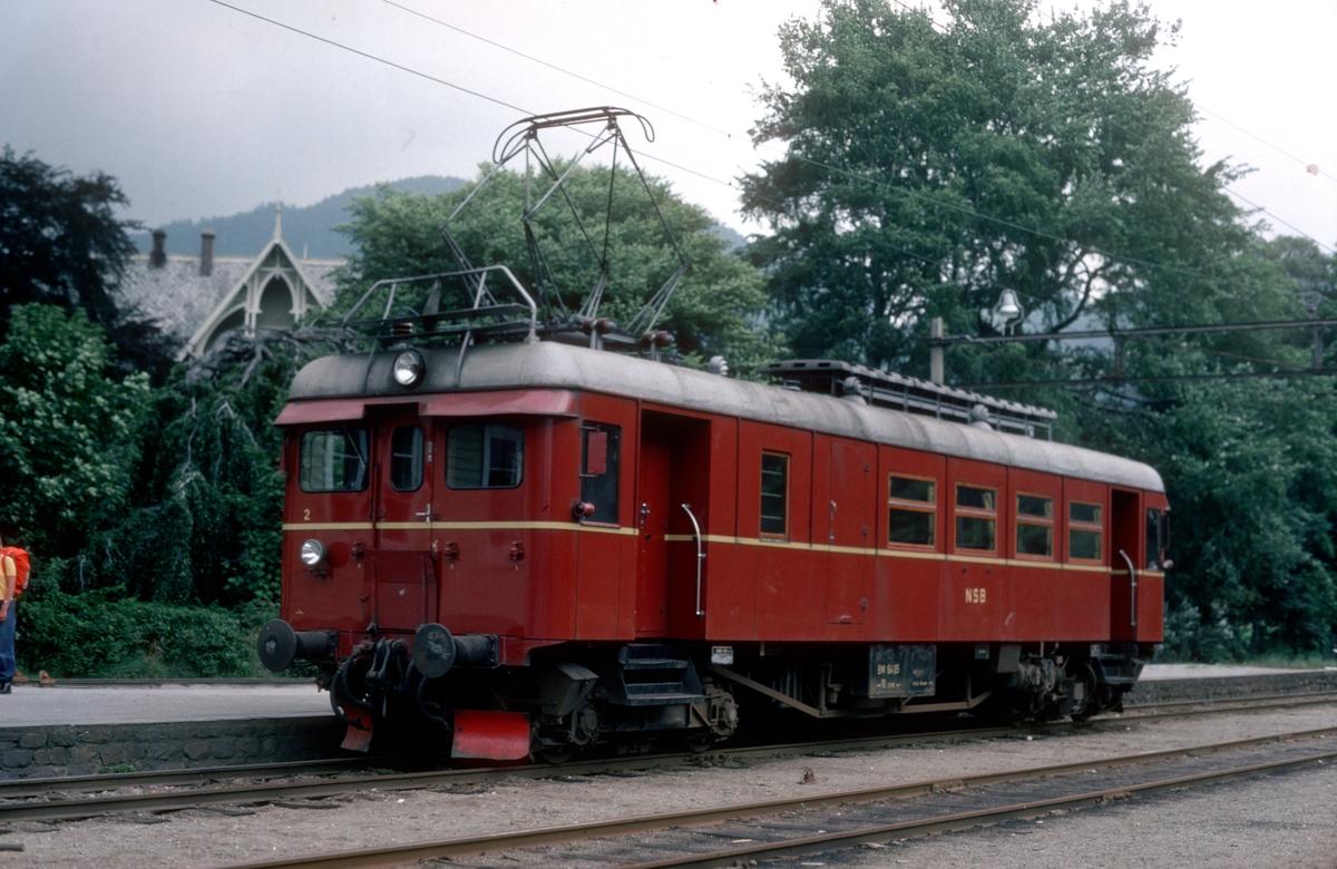 Hardangerbana. Granvin stasjon. NSB motorvogn BM 64 05.