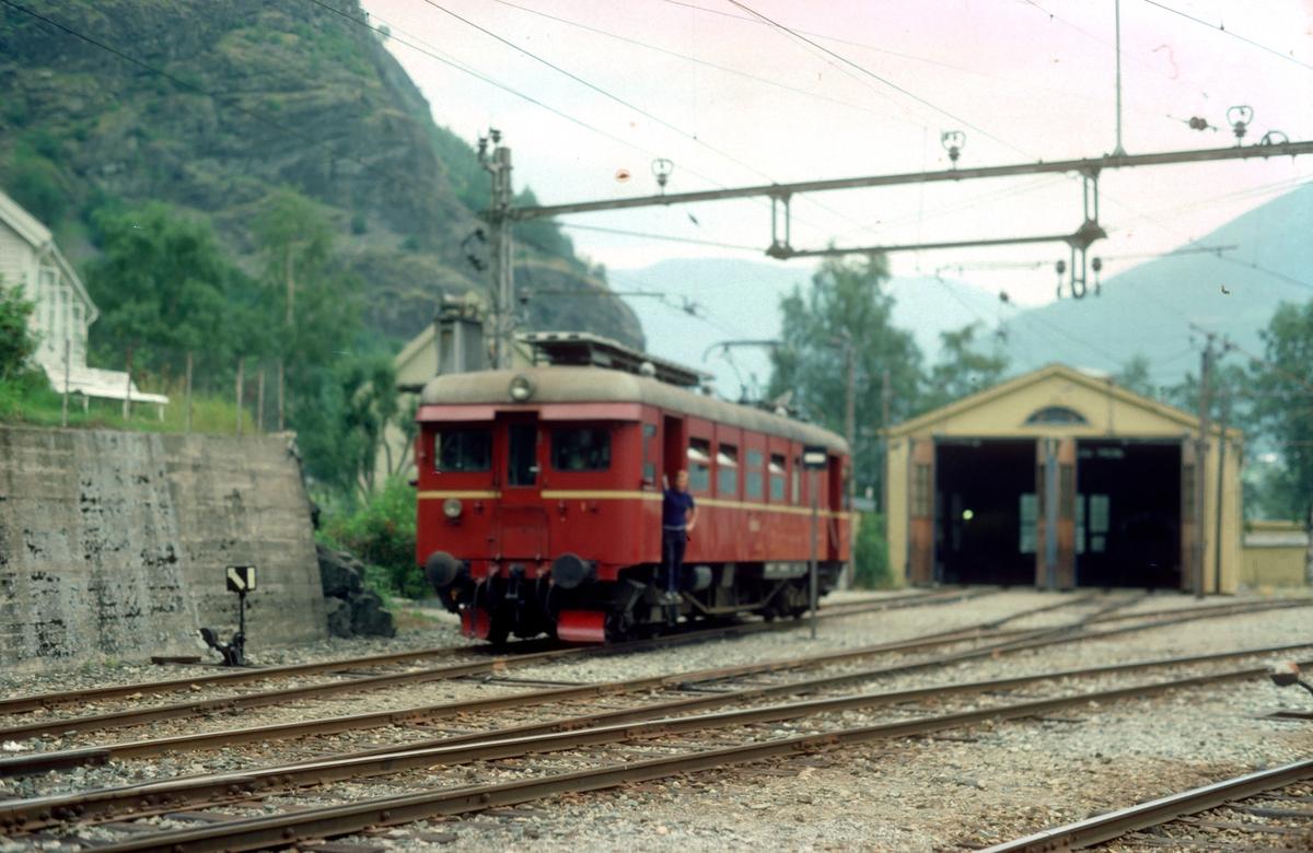 Flåmsbana. Flåm stasjon, lokomotivstall. NSB elektrisk motorvogn type 64.