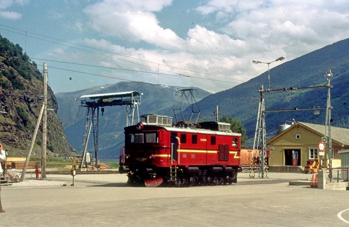 Flåmsbana. Flåm stasjon. NSB elektrisk lokomotiv El 9 2064. Godshus, kran og havn.