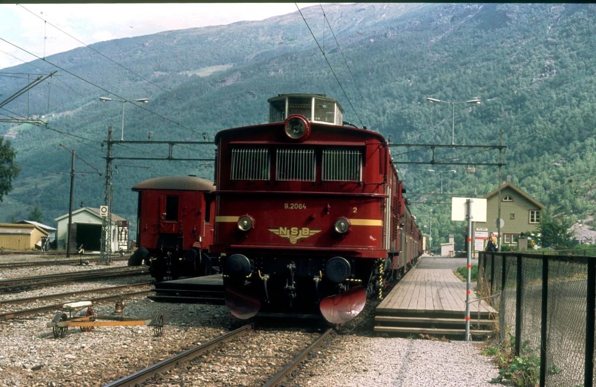 Flåm stasjon. NSB Elektrisk lokomotiv El 9 2064.