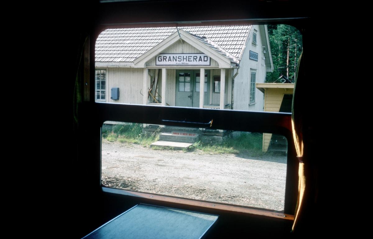 Bratsbergbanen. Utsikt fra togvindu. Gransherad stasjon.