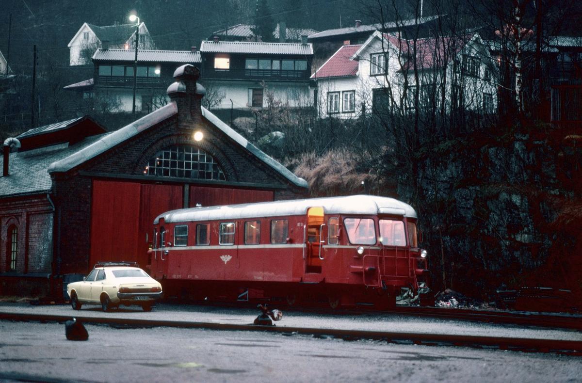 Flekkefjord, lokomotivstall. NSB motorvogn BM 87 01.