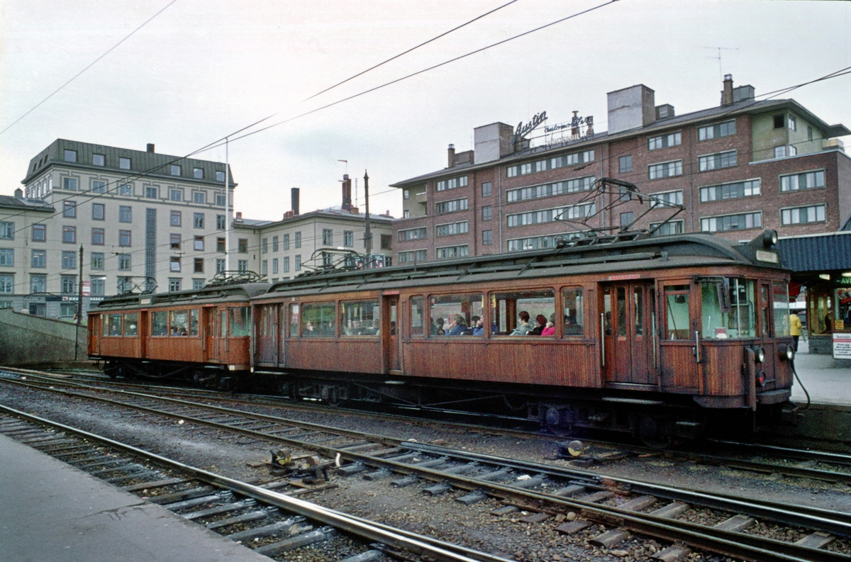 A/S Holmenkolbanen. Vogn 38 type 1914 i tog med vogn 36 type 1909.