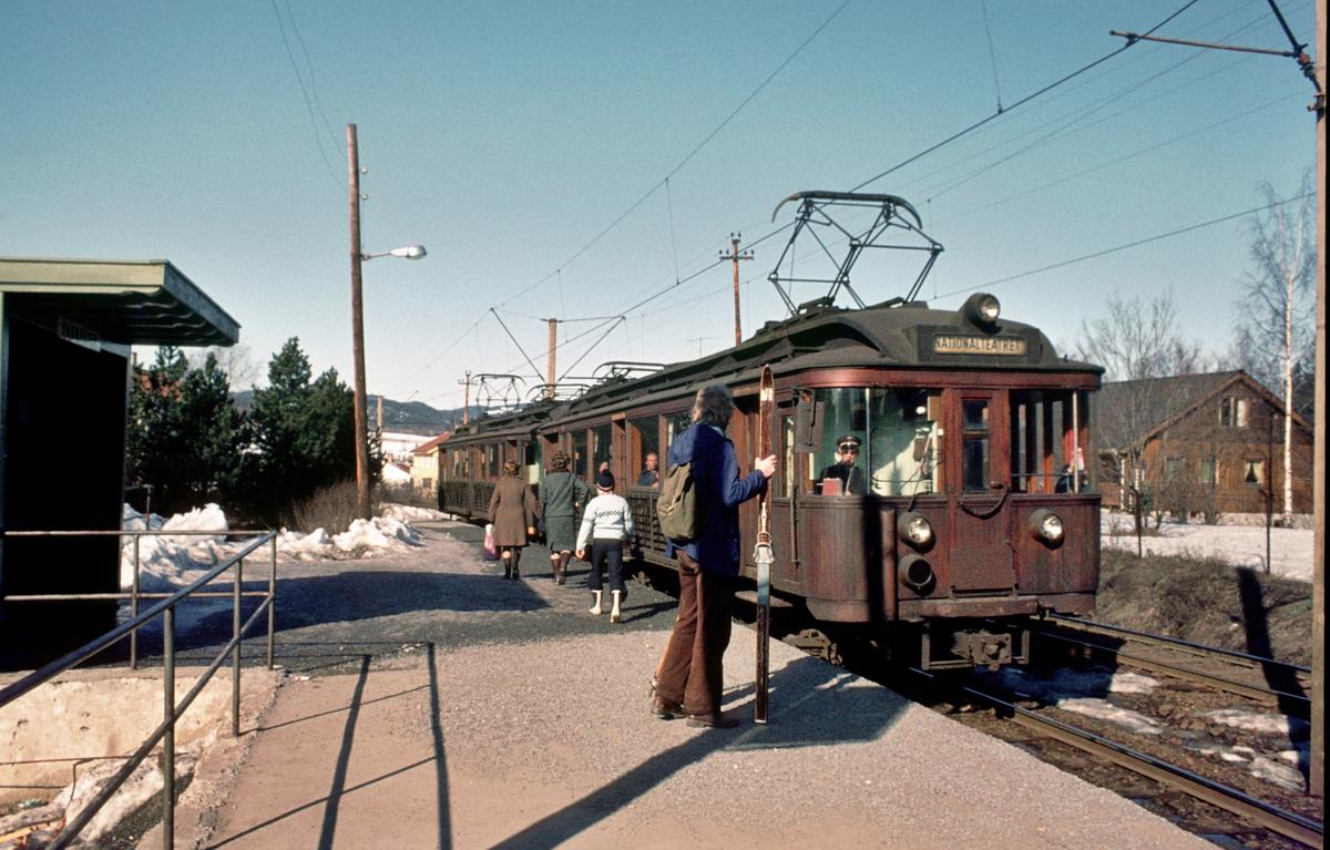 A/S Holmenkolbanen. Røabanen. Ekraveien stasjon. Vogn 101 og 102, type 1916 (Skabo, Westinghouse, HKB verksted)