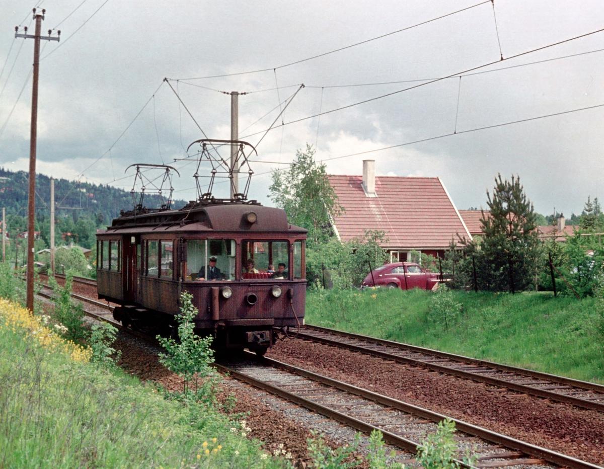 A/S Holmenkolbanen. Røabanen. Vogn 37 fra 1911, type 1909 (Skabo, Westinghouse, HKB verksted) på vei mot Østerås.