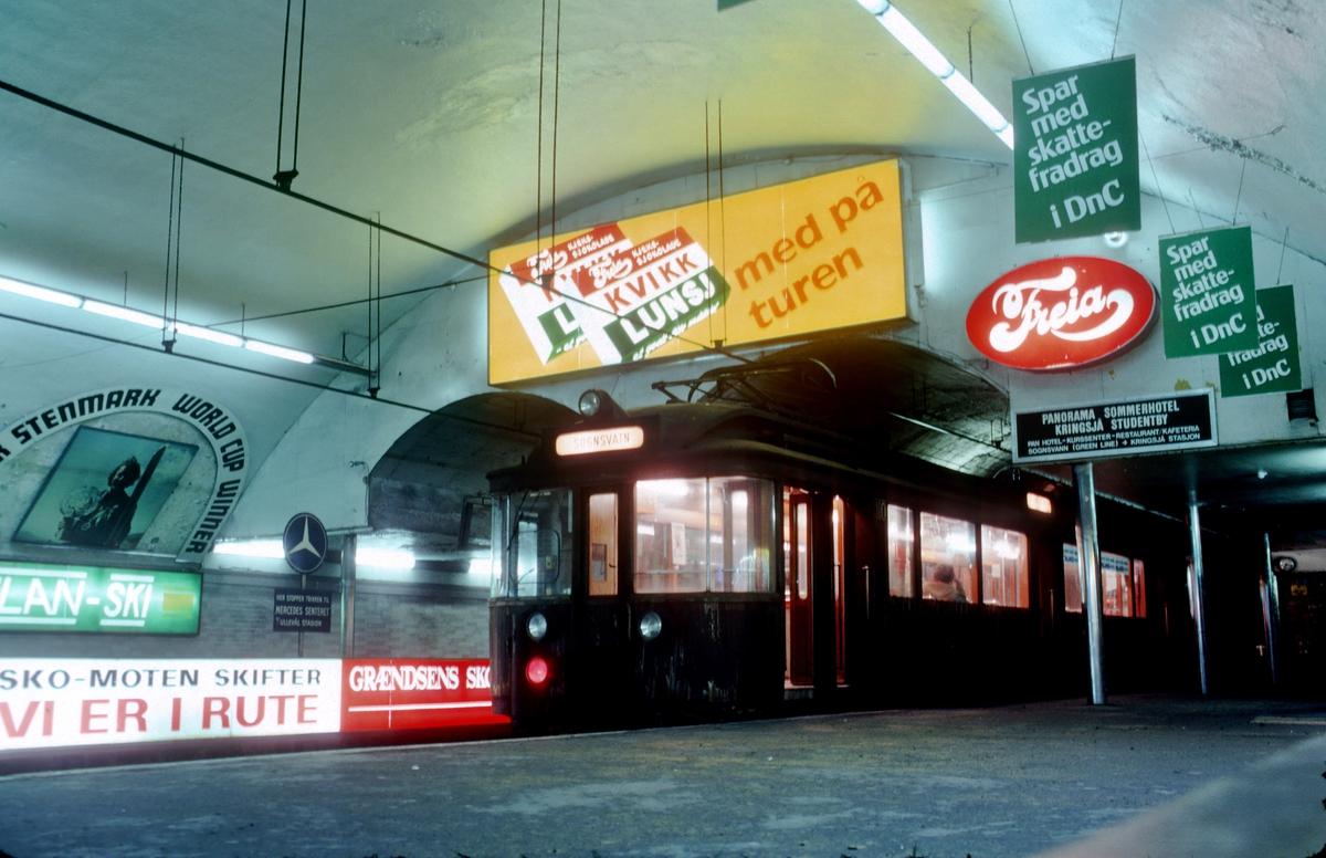 """A/S Holmenkolbanen. Oslo Sporveier. Undergrunnsbanen. Vogn 110, type 1928 (Strømmens verksted, NEBB, HKB verksted). Type 1928 var vognene 105-110, levert til Undergrunnsbanens åpning i 1928 (Majorstuen - Nationalteatret). Vognene ble bygget om til """"gjennomstrømningsvogner"""" ved HKB sitt verksted i perioden 1959-1964. 110 var den siste som ble ombygget og er bevart ved Sporveismuseet."""