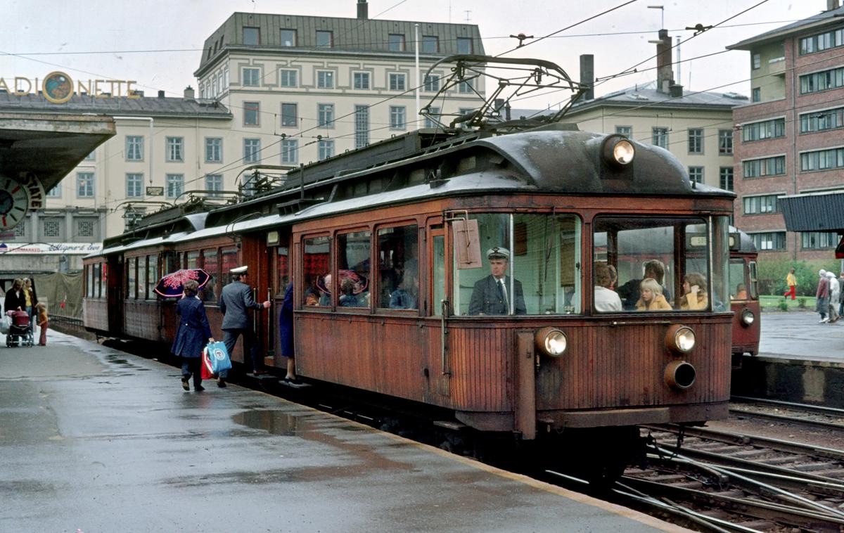 A/S Holmenkolbanen. Oslo Sporveier. Sognsvannsbanen. Majorstuen stasjon. Vogn 111 og 112, type 1935 (Skabo, Siemens Schuckert), på vei mot Sognsvatn.