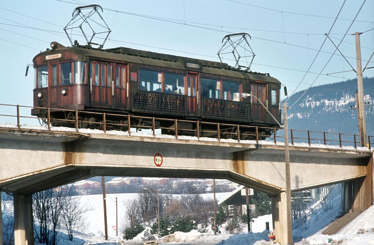 A/S Holmenkolbanen. Røabanen. Bro over Vollsveien ved Grini stasjon. Vogn 607, type 1951 (Skabo, NEBB).