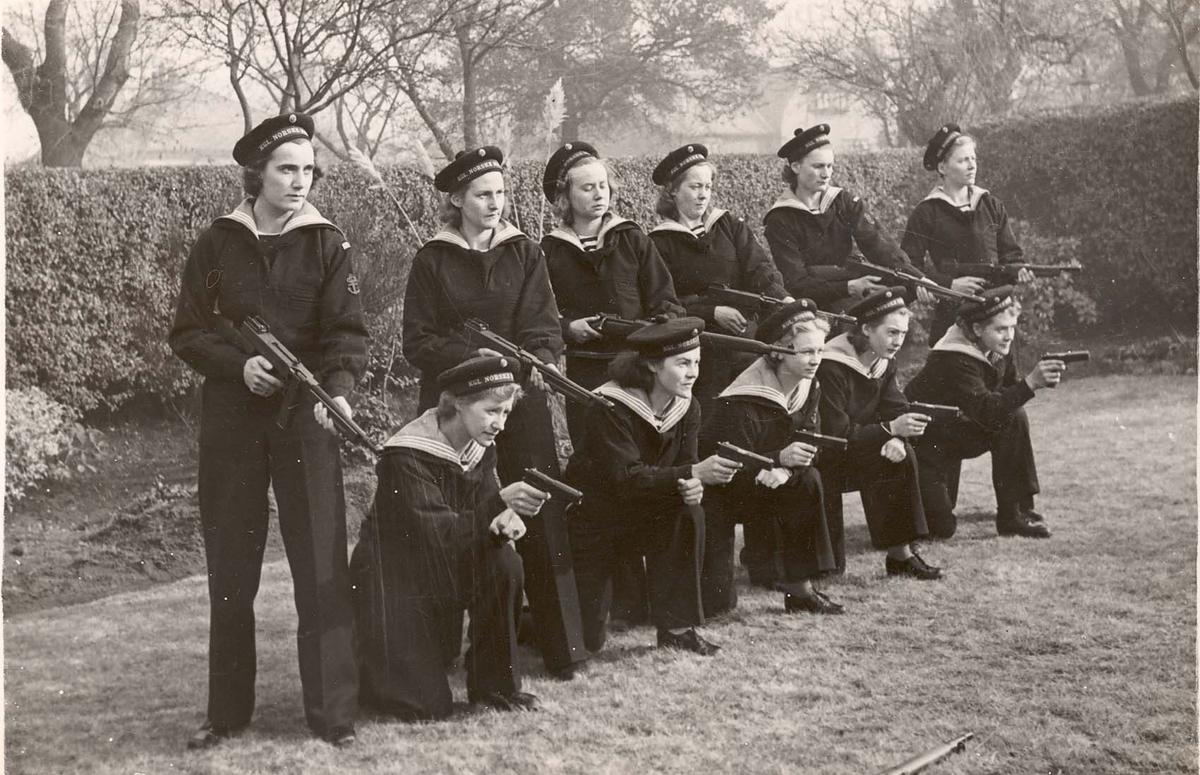 Motiv: Marinens Kvinnekorps 1942-1945 Kurs 2-1942 Våpenparade - Thompson .45 MP Colt -Pistolcal .45,11,25 cm