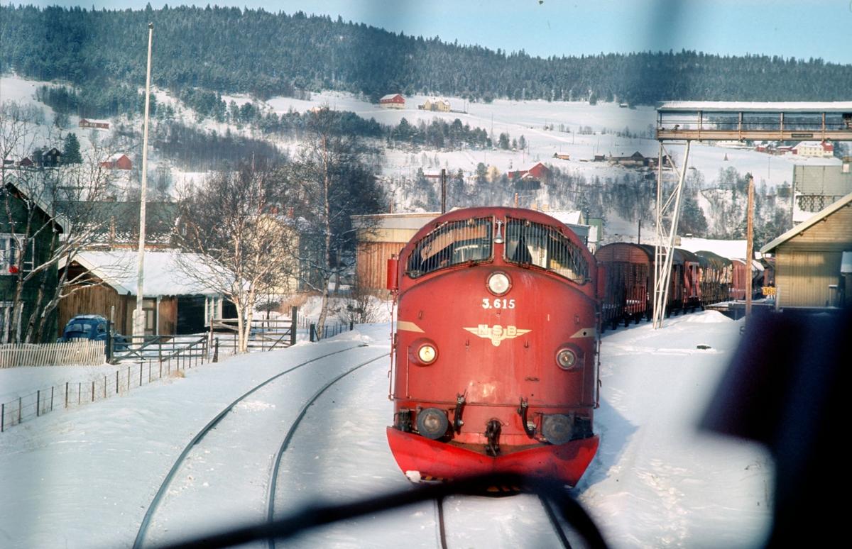 Kryssing mellom hurtigtog 301, dagtoget Oslo - Trondheim o/ Røros, og godstog 5716 i Tolga stasjon. Bildet er tatt fra lokomotivet i dagtoget og vi ser godstoget stå i spor 1.